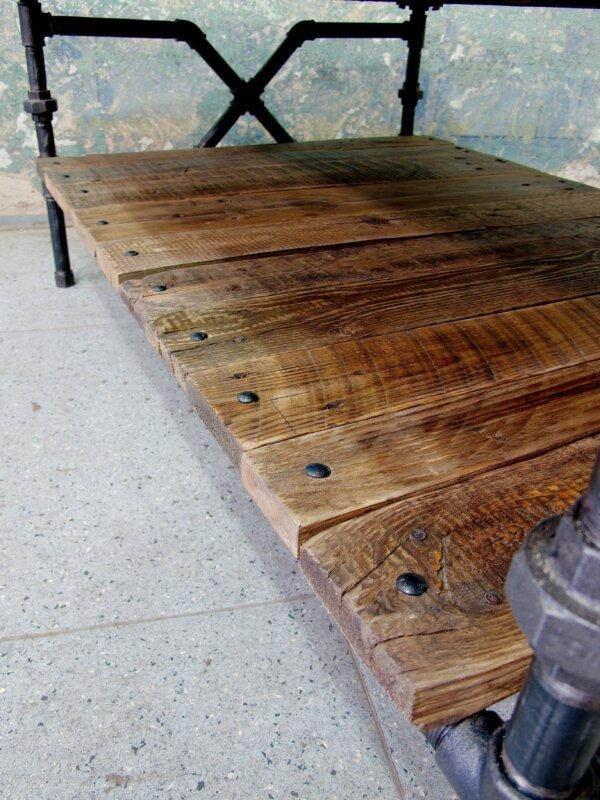Stolek z recyklovaného dřeva