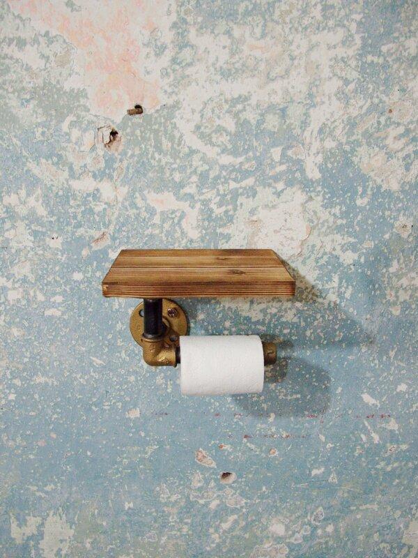 Mosazný držák toaletního papíru s poličkou